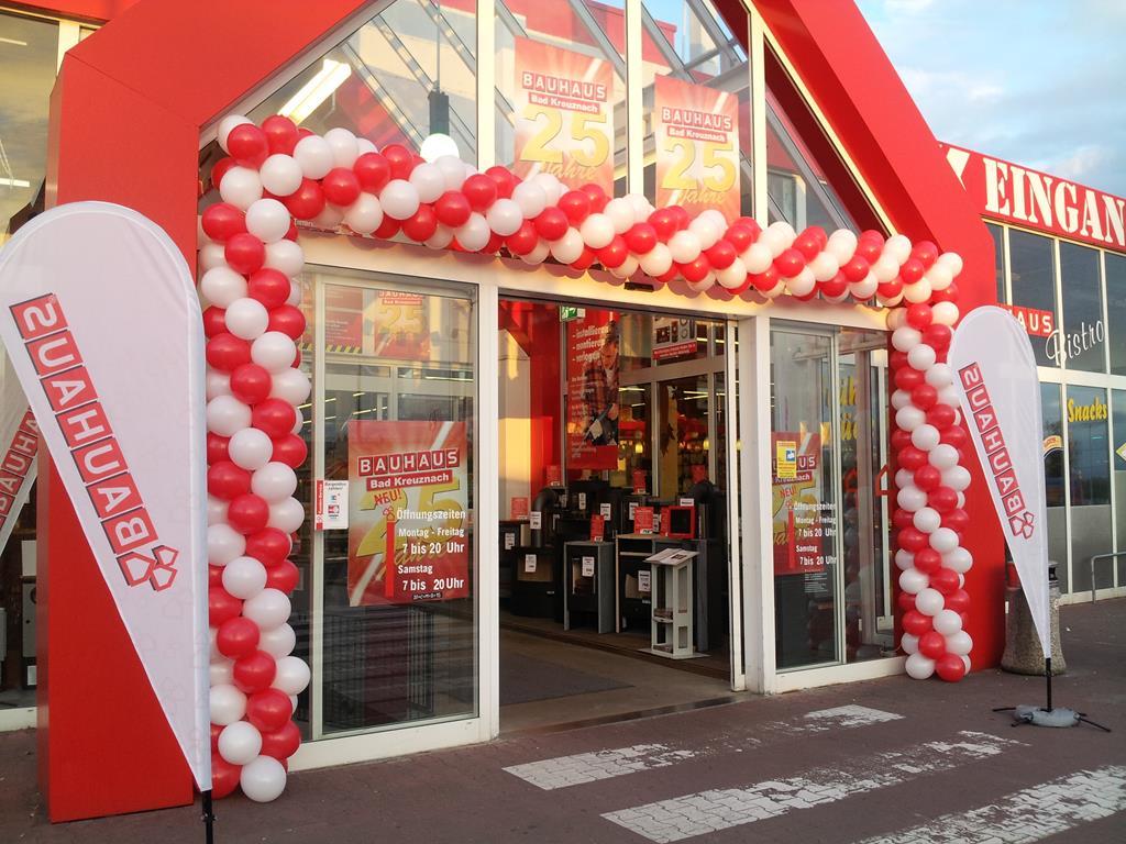 Eröffnung Geschäft mit Luftballongirlande und Ballondeko ...